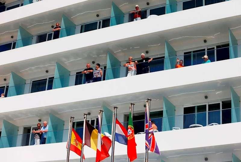 Turistas asomados a los balcones de un hotel en la playa de Benidorm (Alicante). EFE