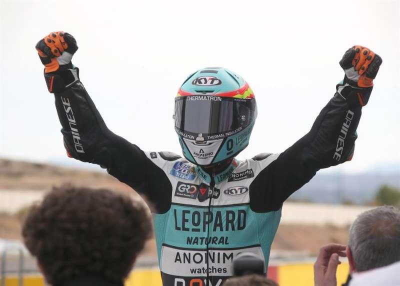 El piloto de Moto3 Jaume Masia (Leopard Racing) tras llegar en primer lugar a la meta de la carrera final de Moto3 celebrada en el circuito turolense de Motorland Alcañiz. EFE