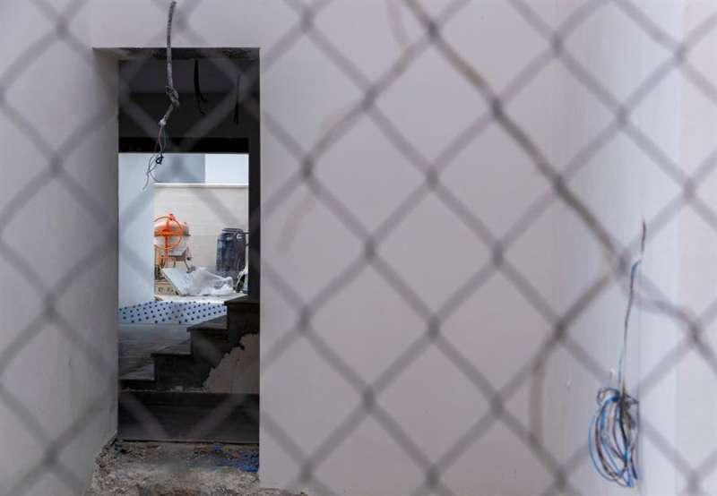 Obras de construcción de viviendas paralizadas. EFE/Julio Muñoz/Archivo