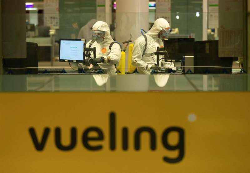 Efectivos de la Unidad Militar de Emergencias (UME) desinfectan un mostrador de Vueling en un aeropuerto. EFE/Archivo