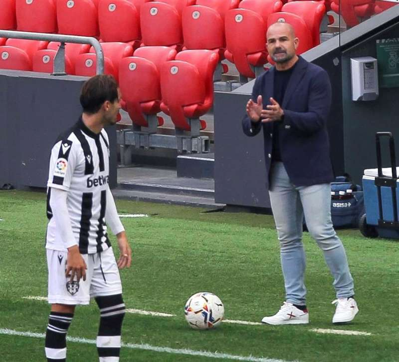 El entrenador del Levante durante el partido de la sexta jornada de Primera División. / EFEArchivo