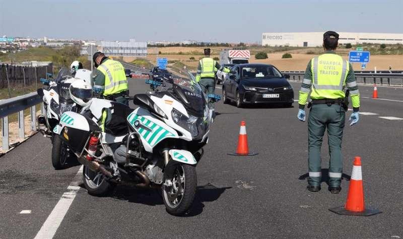 Agentes de la Guardia Civil realiza un control de vehículos en la autopista A-5 en su salida de Madrid. EFE
