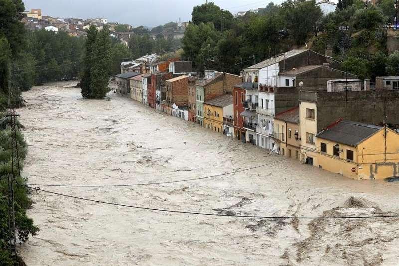 Imagen de archivo de una vista del río Clariano desbordado a su paso por Ontinyent durante la DANA. EFE