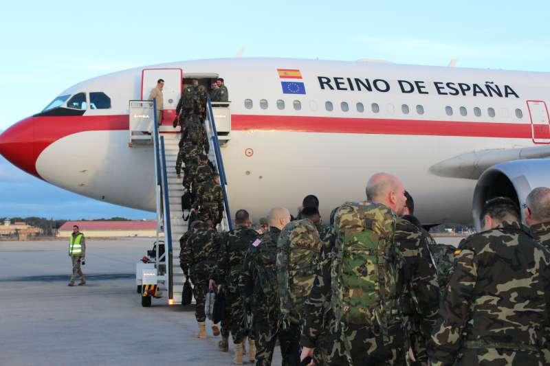 Los militares embarcando en el avión que les lleva a Turquía. //EPDA