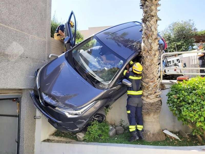 Los bomberos de Alicante trabajan en el rescate de los dos ocupantes del vehículo. EFE