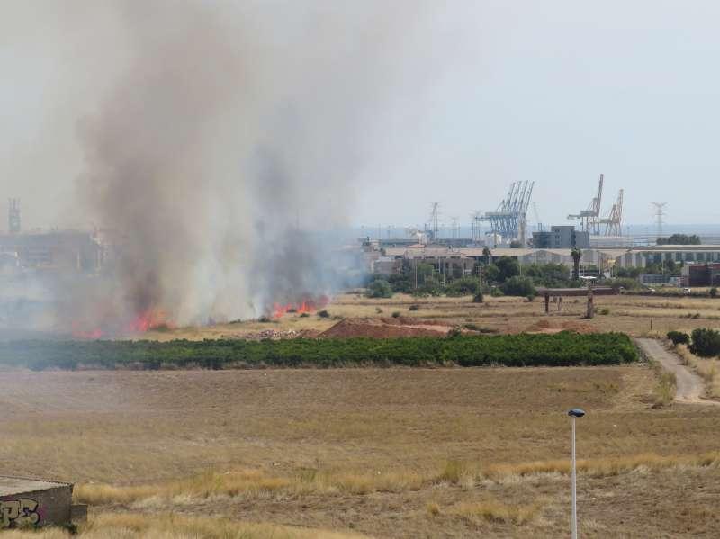 Densa humareda en la zona del incendio. ANDRÉS GARCÍA
