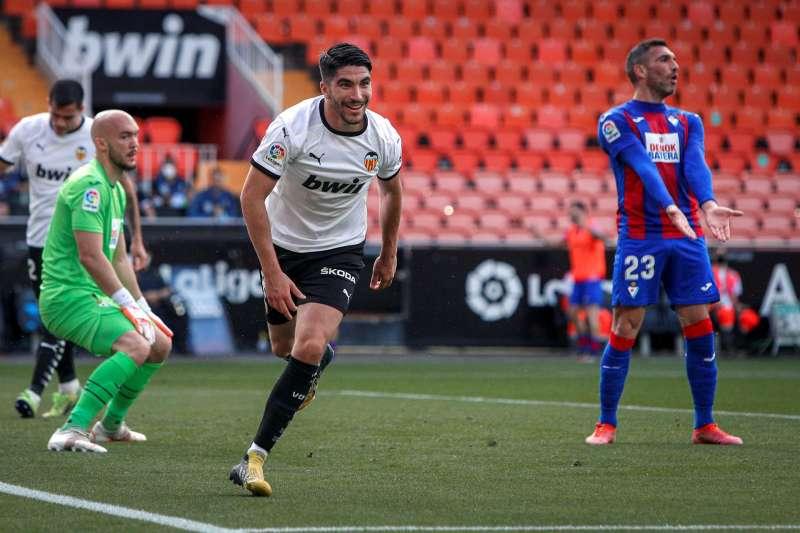 Carlos Soler celebra uno de sus goles ante el Eibar. EFE/Biel Alino