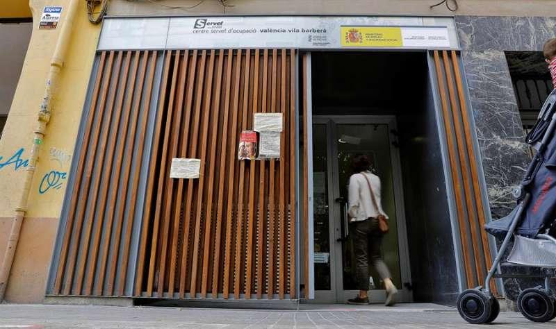Una persona entra en una oficina del Servicio Valenciano de Empleo y Formación (Servef)