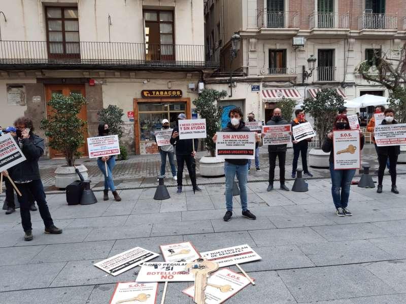 Acto de protesta de los empresarios del sector del ocio y la hostelería de Valencia ante el Palau.