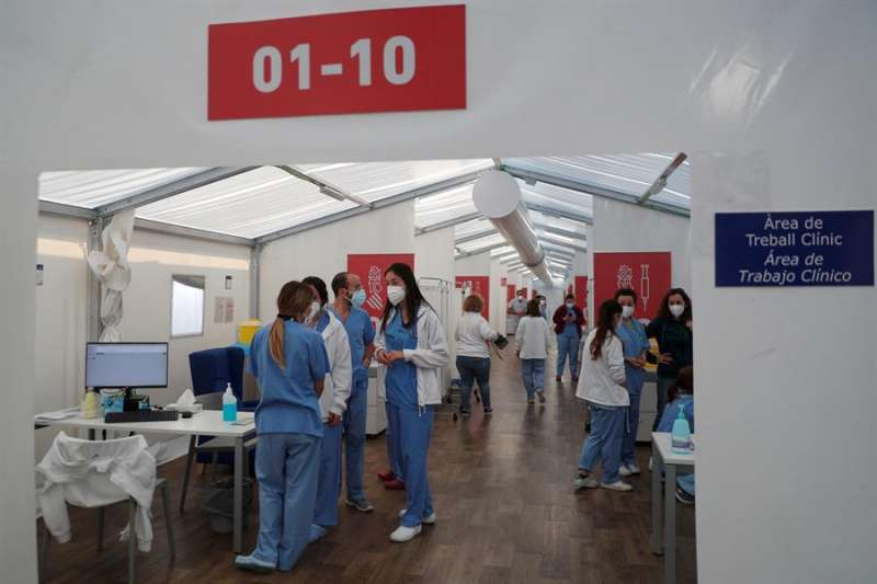 Sanitarios de hospital de campaña de La Fe de València, tras suspenderse, de manera repentina, la vacunación con viales de AstrraZeneca a los profesores de la Comunitat.EFE/ Kai Försterling