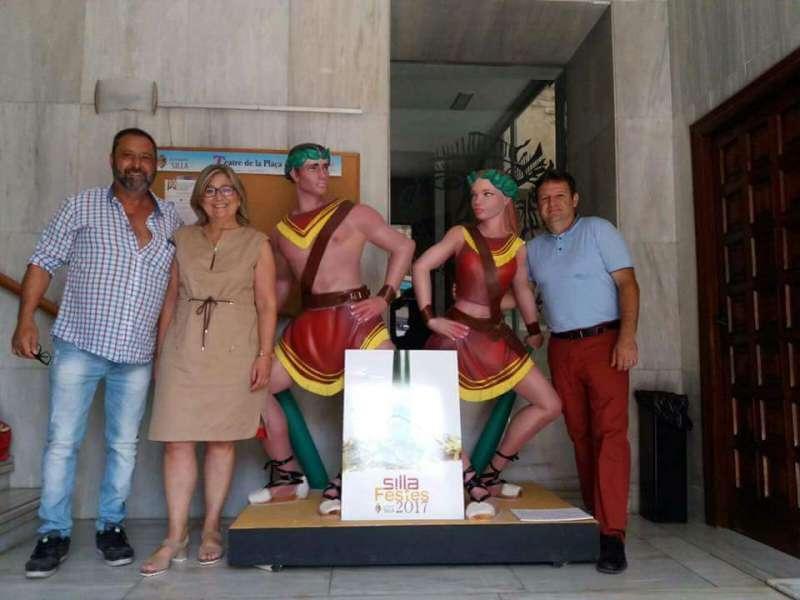 El presidente de la asociación y la diputada provincial Mamen Peris con el concejal de Silla