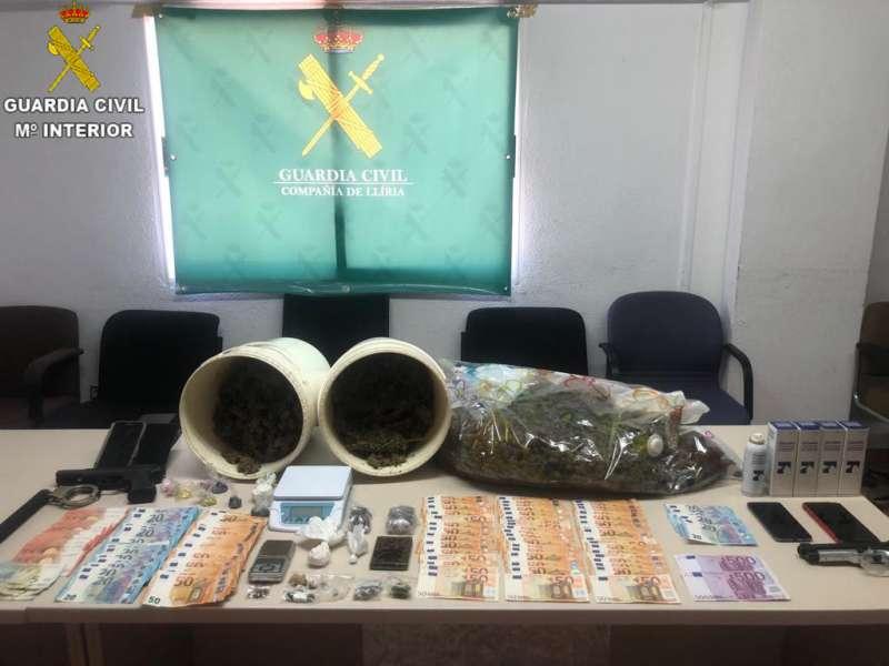 Drogas. dinero en efectivo, móviles, etc, todo requisado en la operación de la Guardia Civil. / EPDA