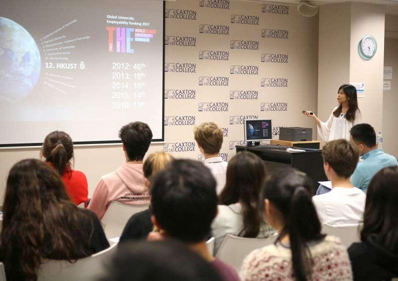 Un grupo de alumnos de Secundaria de Caxton College asistiendo a una charla de orientación universitaria