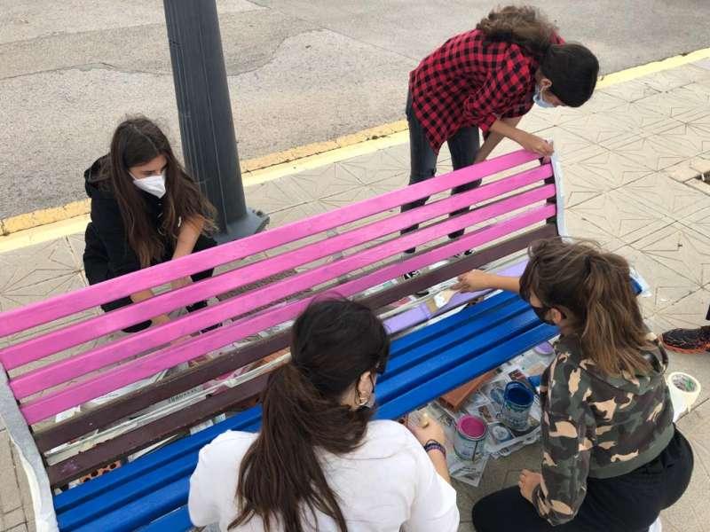 Canet conmemora el Día Internacional de la Visibilidad Bisexual: pintada de un banco de la plaza del Ayuntamiento. / EPDA