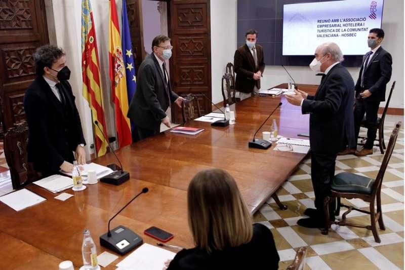 El president de la Generalitat, Ximo Puig, durante la reunión con representantes de la Asociación Empresarial Hostelera de Benidorm, Costa Blanca y Comunitat Valenciana, Hosbec. EFE