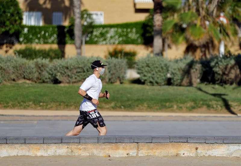 Una persona corre con la mascarilla. EPDA/Archivo