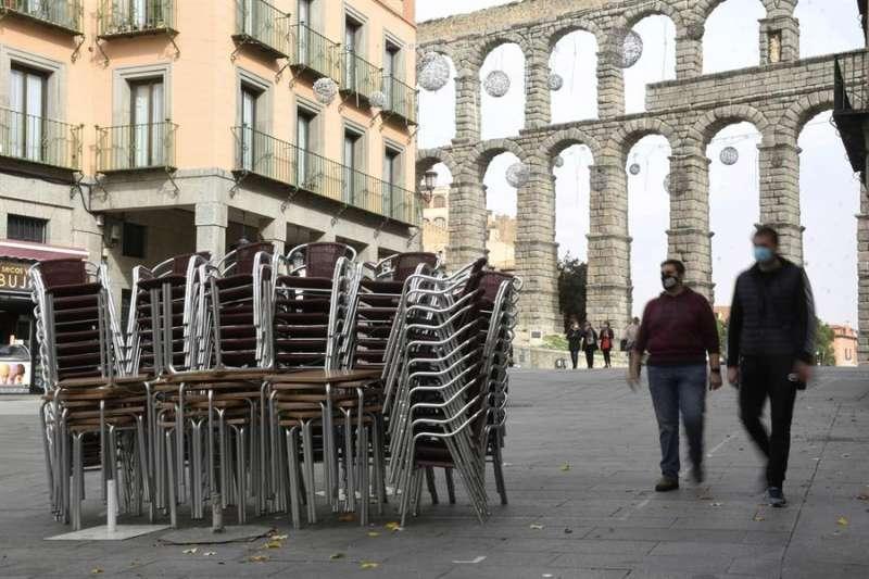Mobiliario de las terrazas apilado junto al Acueducto de Segovia. EFE