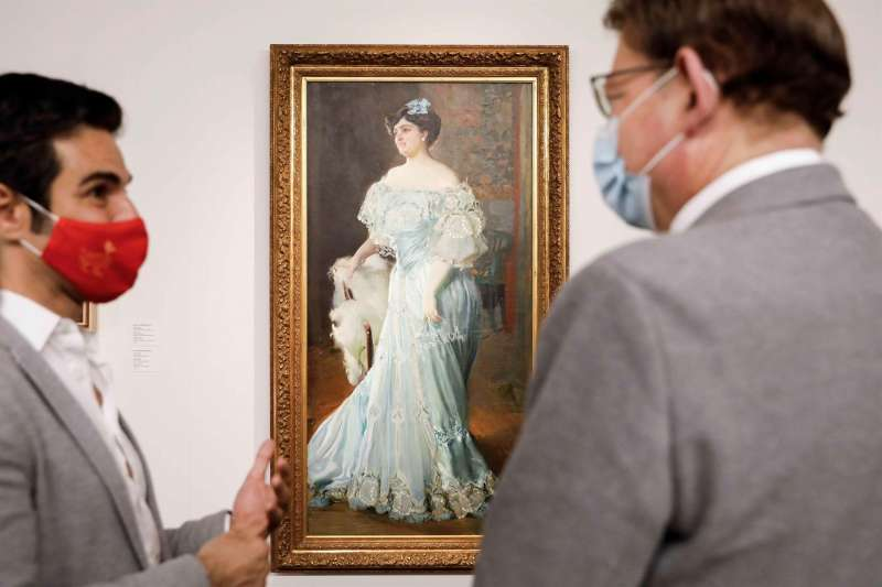 El president de la Generalitat Valenciana, Ximo Puig (d), junto al director del Museo de Bellas Artes de Valencia, Pablo González, durante su visita, con motivo del Día de los Museos, a la sala en la que se expone la obra de Joaquín Sorolla
