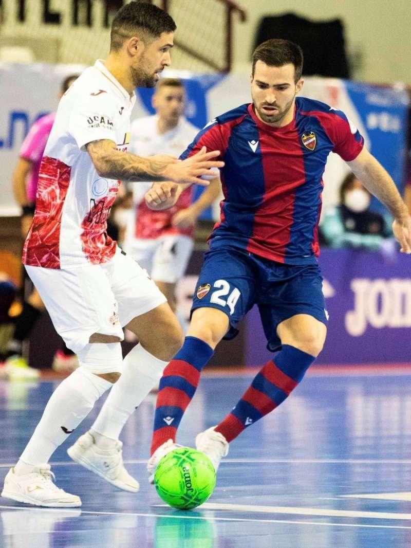 Pedro Toro, del Levante, pelea un balón con un rival, en una imagen compartida en redes por el club.
