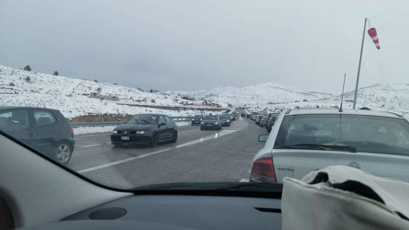 Colas kilométricas por los imprudentes que han salido a la carretera a ver la nieve
