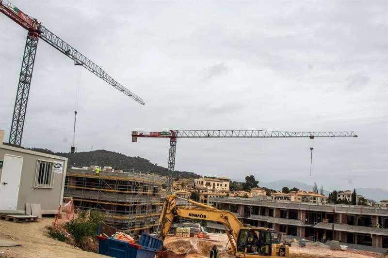 Vista general de la construcción de viviendas en un municipio. EFE