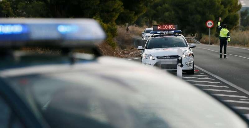 Un agente de la Guardia Civil da el alto a un vehículo en un control de tráfico. EFE/Manuel Lorenzo/Archivo