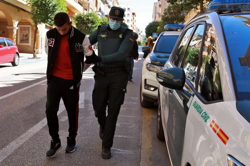 Imagen de archivo de uno de los detenidos en la violación de la menor. EFE