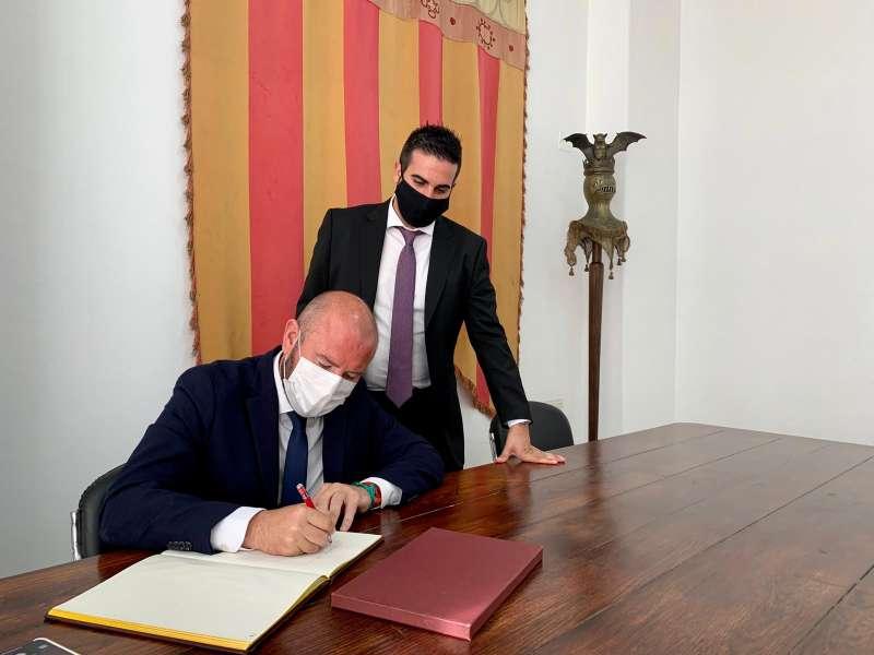 El president ha signat en el llibre d