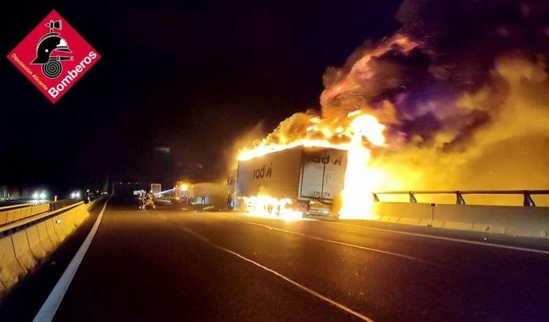 Momento del incendio, en una imagen del Consorcio Provincial de Bomberos de la Diputación de Alicante.