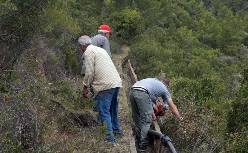 Voluntaris en els treballs de la recuperació del traçat de la sequieta de Beselga. EPDA