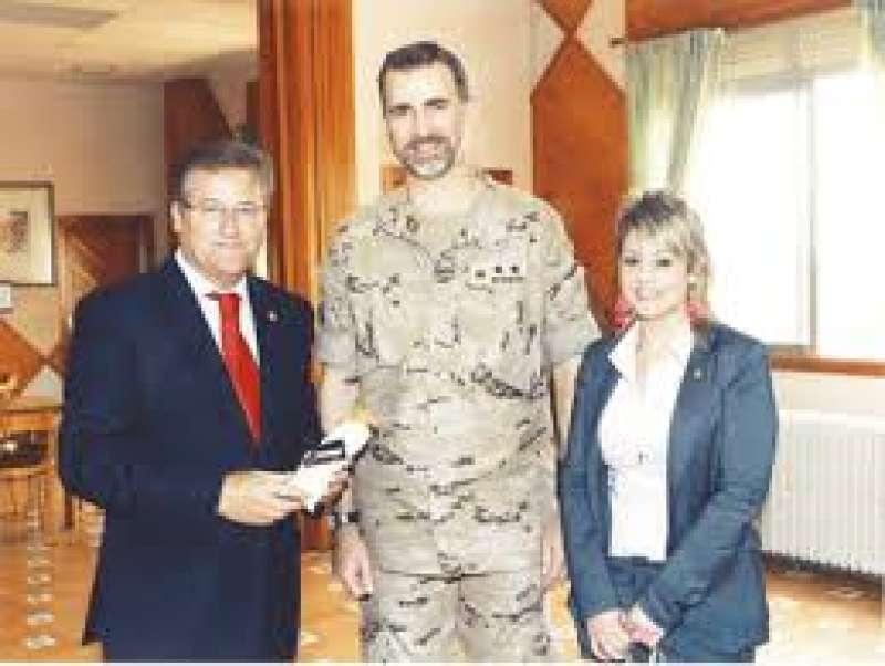 Miguel Espinosa, izquierda, entregando peladillas de Casinos al Rey. EPDA