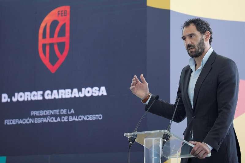 El presidente de la Federación Española de Baloncesto, Jorge Garbajosa, interviene durante la presentación de las medallas por las que competirán las 16 selecciones que jugarán el FIBA EuroBasket Femenino 2021 en el mes de Junio en Valencia.