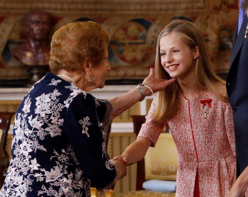 Clotilde Veniel Gómez saluda a la princesa Leonor durante el acto de condecoraciones. EFE