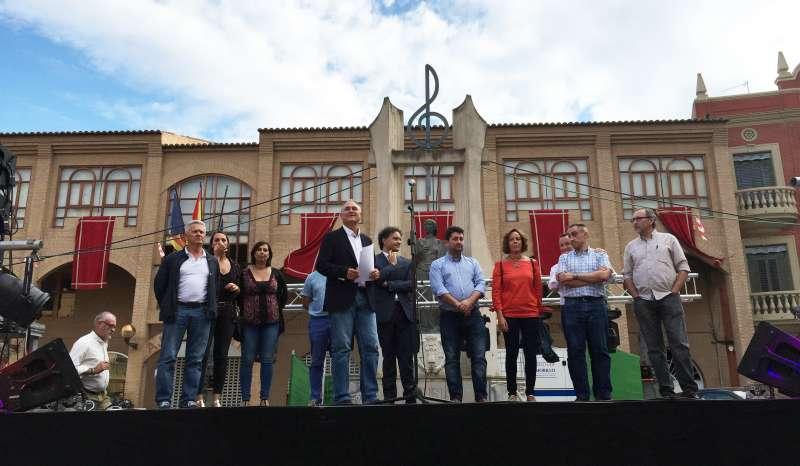 Civera, Colomer y el resto de la comitiva frente al Ayuntamiento de Llíria. //EPDA