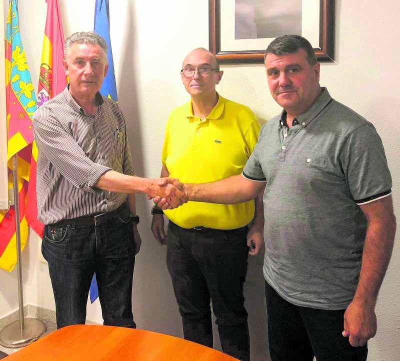 Lostado estrecha la mano al candidato del PSPV de Algar, Jacinto Lacarra, frente al vicesecretario de la ejecutiva comarcal, Toni Sanfrancisco. EPDA