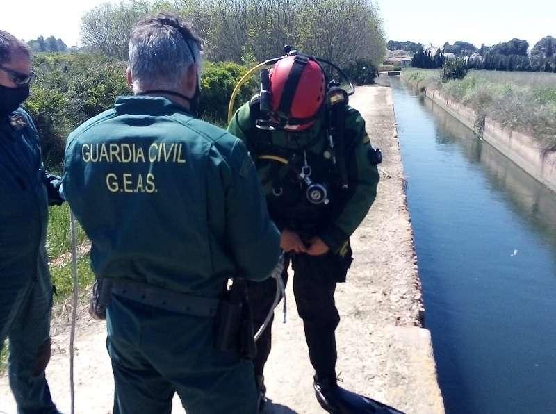 Un submarinista del GEAS de la Guardia Civil en el canal donde ha sido hallado el cadáver de la joven
