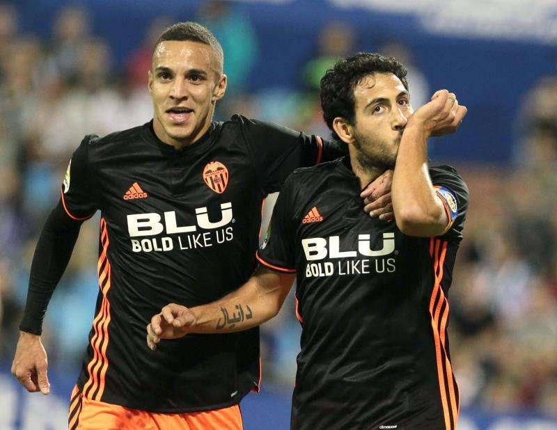 El centrocampista del Valencia Dani Parejo celebra con Rodrigo (i) tras marcar un gol.EFE/Archivo