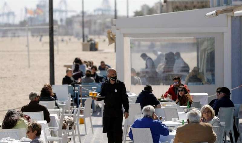 Un camarero en la terraza de un restaurante de la playa de la Malvarrosa de Valencia durante el pasado mes de marzo. EFE