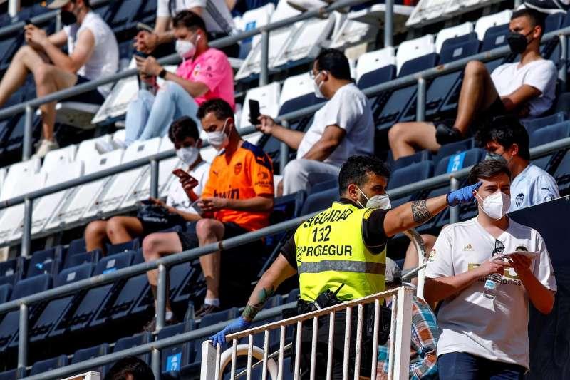 Los primeros aficionados ocupan sus asientos antes de dar comienzo el partido. EFE/Biel Aliño