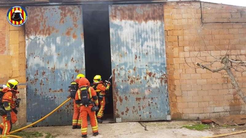 Intervención de los bomberos en la nave siniestrada, en una imagen facilitada por el Consorcio.