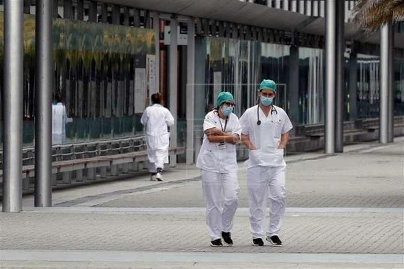 Dos profesionales sanitarios caminan por la calle. EFE/Archivo