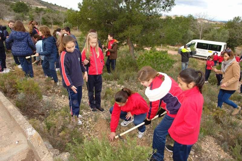 El Ayuntamiento celebra con los escolares el Día del Árbol