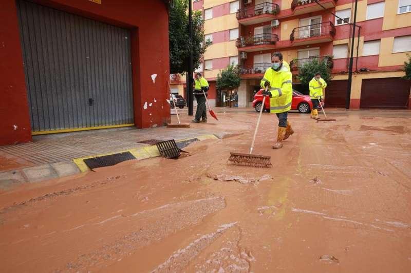 Personal de limpieza del Ayurtamiento de Alzira trabajan hoy en el centro de la población tras la tromba de agua. EFE