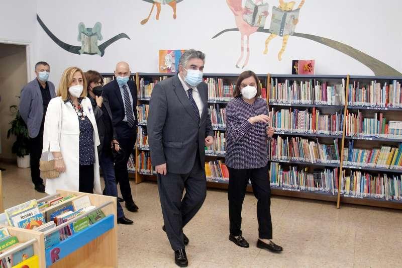 El ministro de Cultura y Deporte, José Manuel Rodríguez Uribes, acompañado de la directora Adelina Rodríguez visita la biblioteca pública del estado José Martínez Ruiz