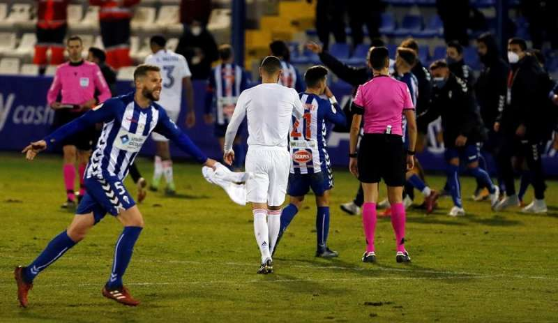 El defensa del Alcoyano, Raúl, celebra su pase a los octavos de la Copa del Rey tras derrotar el Real Madrid por 2-1 en el encuentro que han disputado en el estadio El Collao, en Alcoy (Alicante). EFE/ Manuel Lorenzo.