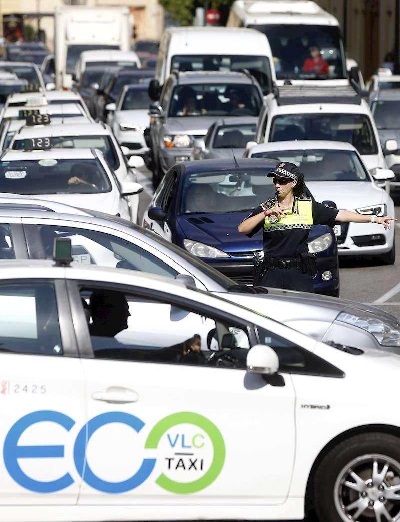 Una policía local dirige el tráfico en una calle de València. EFE