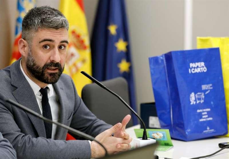 El concejal de Cultura Festiva de València, Pere Fuset, en la rueda de prensa oifrecida hoy. EFE/Juan Carlos Cárdenas