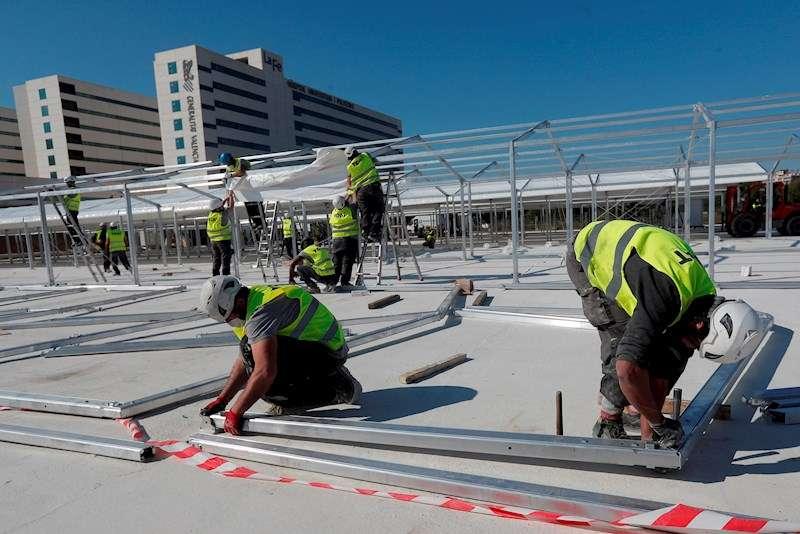 Varios operarios trabajan en la estructura del hospital de campaña de València. EFE