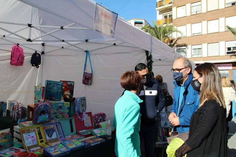 El alcalde visitando los puestos de la Feria de Navidad. / EPDA