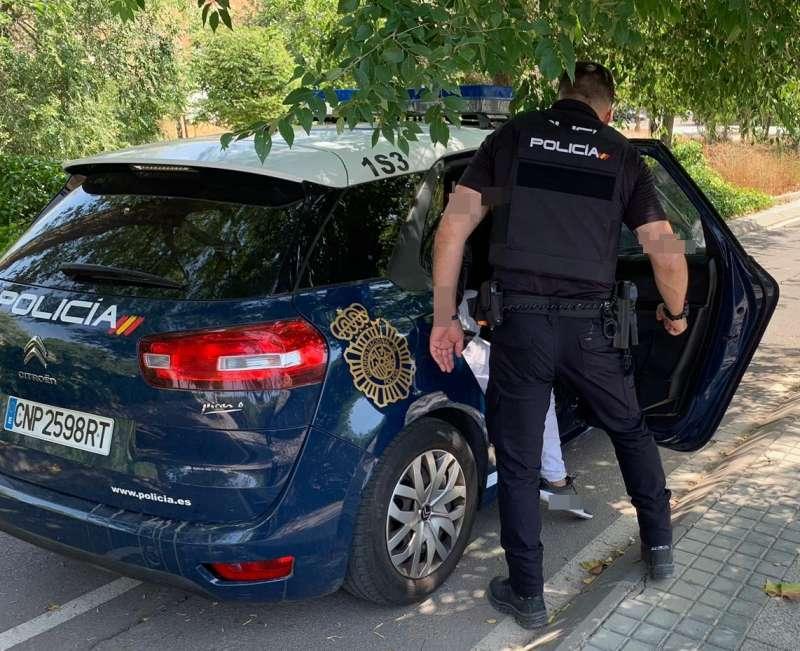 Imagen de archivo de un Policía Nacional en el coche patrulla. EPDA